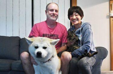 移居秋田的夫妇领养了被救助的秋田犬, 并在不断的磨合中逐渐成为彼此的家人